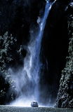 fartyget nära turnerar vattenfallet Arkivfoto