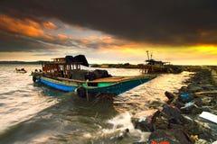 Fartyget och den färgrika solnedgången Fotografering för Bildbyråer