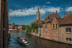Fartyget och gamla byggnader på kanal`en s kantar på Bruges Royaltyfri Bild