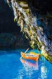 Fartyget på ancor på Melissai sjön nära grottan royaltyfria bilder