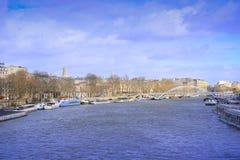 fartyget på en flod Sena i Paris Arkivfoto