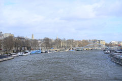 fartyget på en flod Sena i Paris Arkivbilder