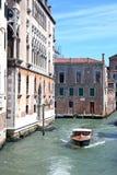 Fartyget på en liten Venetian kanal Royaltyfria Foton