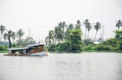 Fartyget på floden i Thailand Royaltyfri Fotografi
