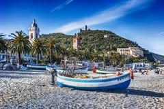Fartyget på stranden, Noli, Savona, Italien arkivfoton