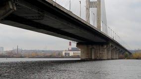 Fartyget passerar under bron stock video