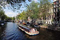 Fartyget seglar i kanal av Amsterdam Royaltyfria Bilder