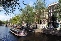 Fartyget seglar i kanal av Amsterdam Arkivfoto