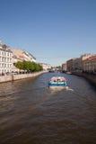 Fartyget seglar längs floden arkivfoto