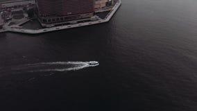Fartyget seglar runt om Victoria Bay i Hong Kong I bakgrunden är en aveny av härlighet stock video