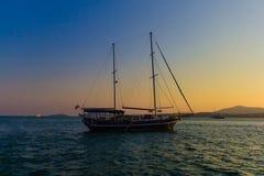 fartyget seglar solnedgång Arkivbilder