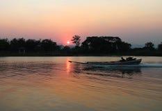 Fartyget snubblar på floden Kwai Fotografering för Bildbyråer