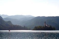 Fartyget som passerar över sjön, blödde, Slovenien Arkivfoton