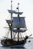 fartyget som skriver in newport, seglar Arkivbild