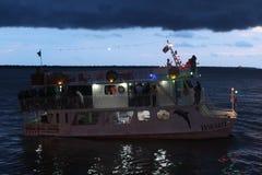 Fartyget som svävar på BaÃa, gör Guajarà ¡ i slutet av dagen Arkivfoto