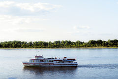 Fartyget svävar på floden Arkivbild