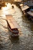 Fartyget turnerar den Amphawa marknaden i Thailand fotografering för bildbyråer