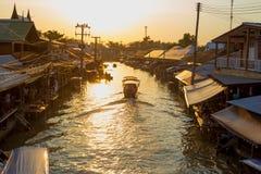 Fartyget turnerar den Amphawa marknaden i Thailand Arkivfoto