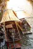 Fartyget turnerar den Amphawa marknaden i Thailand arkivfoton