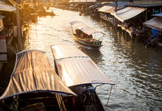Fartyget turnerar den Amphawa marknaden i Thailand royaltyfri bild