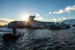 Fartyget turnerar i den Jokulsarlon lagun, Island Royaltyfri Bild