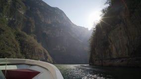 Fartyget turnerar i den Sumidero kanjonen