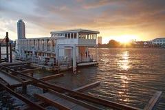 Fartyget turnerar på floden på solnedgången i Bangkok Royaltyfri Foto