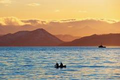 fartygfiskaresolnedgång Royaltyfri Bild