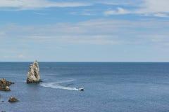 Fartygflötena förbi vaggar seglar nära uddelimen-Burun Lugna dag för sommar på Blacket Sea royaltyfria bilder