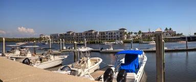 Fartyghamn längs den 3rd gatan i Naples, Florida Arkivbild