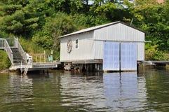 Fartyghus längs floden Fotografering för Bildbyråer