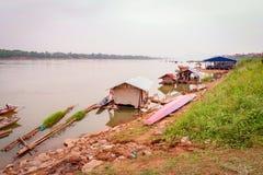 Fartyghus som fiskar Mekong River Arkivbild