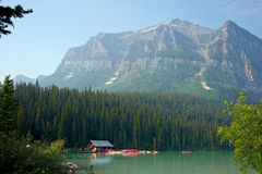 Fartyghuset på Lake Louise med sadelberget i bakgrunden, Banff, Alberta, Kanada Royaltyfria Bilder