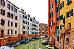fartygkanalen houses italy venice Royaltyfri Bild
