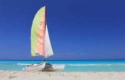 Fartygkatamaran på den kubanska stranden Arkivbild