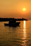 Fartygkontur i orange solnedgång Fotografering för Bildbyråer