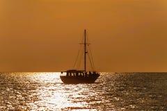 Fartygkontur på havet i solnedgång royaltyfri bild