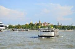 Fartygkryssning framme av den kungliga slotten i den Chaopraya floden Arkivbilder