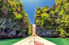 Fartygkryssning i Thailand nära den Phuket ön Arkivfoton