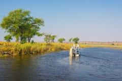 Fartygkryssning och djurlivsafari botswansk gräns på för den Chobe floden, Namibia, Afrika Chobe nationalpark, berömd wildlilfere Arkivfoton