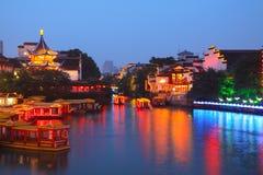 Fartygkryssning på kanalen i den Konfucius templet Arkivfoton