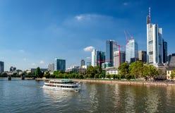 Fartygkryssning till och med den huvudsakliga floden Royaltyfri Fotografi
