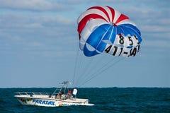 fartygkust florida av parasailing arkivbilder