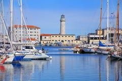 Fartygmarina och fyr i Trieste, Italien Arkivfoto