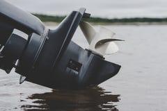 Fartygmotor som reflekterar i vatten Royaltyfria Foton