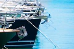 Fartygpilbåge med ankardetaljen av segelbåtar i rad Arkivbilder