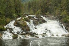Fartygpilbåge och vattenfall Royaltyfri Bild