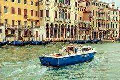 Fartygpolisen patrullerar, Venedig, Italien Royaltyfria Bilder