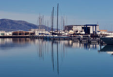 Fartygreflexion i hamnen Arkivbilder