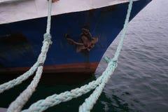 Fartygrep, skepp Massor av repfnuren som leder till förtöjde skepp Förtöja stolpen på stranden, beståndsdel för att förtöja skepp royaltyfri foto